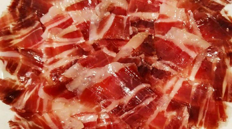 La diferencia básica entre un jamón de bellota y un jamón de cebo es básicamente la alimentación que recibe el cerdo ibérico durante su crianza. El jamón ibérico de bellota proviene de cerdos que han sido exclusivamente alimentados con bellotas y hierbas naturales hasta la matanza, mientras que uno de cebo se ha alimentado con pienso, leguminosas y cereales. Además, un jamón ibérico de bellota, proviene de cerdos que han vivido en la dehesa alimentándose de forma natural, mientras que los cerdos de los que provienen los jamones ibéricos de cebo no. ¿Cómo apreciar las diferencias a la hora de comprar? Ya a primera vista, hay algunos rasgos en las patas de jamón ibérico que pueden decirnos si se trata de un jamón ibérico de cebo o de bellota. Por ejemplo, las patas de bellota suelen ser algo más alargadas, ya que el cerdo ibérico puro suele poseer un esqueleto un poco más fino y unas patas sensiblemente más alargadas. Además, por otra parte, la pezuña también nos da pistas: en una pata de bellota, la pezuña suele estar más desgastada, debido a sus caminatas por la dehesa.
