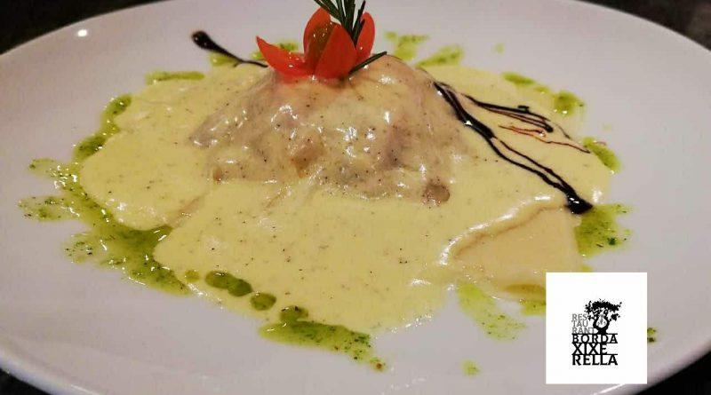 """""""Lasagna"""" d'albergínies amb crema de tòfona negra. Les tòfones són conegudes i apreciades des de l'Edat Antiga pel seu profund aroma i el seu gran sabor,"""