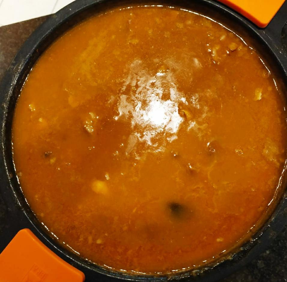 Ingredients (per a 6 persones)  6 tasses d'arròs 14 tasses d'aigua o brou ½ conill ½ pollastre ¼ de kg de costella de porc 200 g de pèsols 100 g de carreroles seques 2 cebes 4 tomàquets 4 alls 2 fulles de llorer 1 pebrot verd 1 ramet de julivert Oli, sal i pebre negre Preparació:  En una cassola de fang amb oli, enrossiu-hi totes les carns tallades a trossos i salpebrades Afegiu-hi la cebra tallada fina, dos alls picats i deixeu-ho coure lentament fins que la ceba sigui ben daurada. Tot seguit, afegiu-hi el pebrot tallat a daus petits, el tomàquet ratllat, les fulles de llorer i un pols de sal i pebre. Deixeu-ho coure lentament, anant-ho remenant de tant en tant fins que obtingueu un sofregit molt concentrat. Tireu-hi l'arròs i feu-li donar uns tombs; tot seguit mulleu-ho amb l'aigua o brou bullent I afegiu-hi els pèsols i deixeu-ho coure uns 15 minuts aproximadament. Uns 5 minuts abans de treure'l del foc, tireu-hi la picada d'all i julivert. Cal que tingueu present que la cassola de fang, un cop apartada del foc, segueix la cocció durant uns minuts.