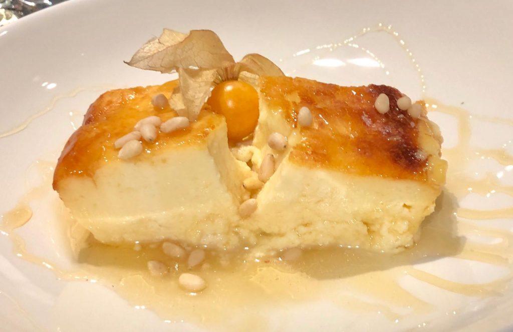 són fetes a casa, podeu gaudir del flam de mató, flam d'ou i el nostre pastís de formatge exquisit amb la confitura