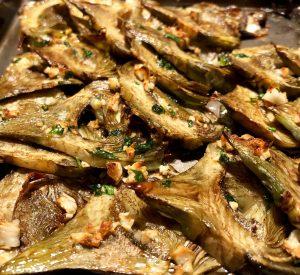 Carxofes a la llauna. Les carxofes es poden menjar crues o cuitesdepenentdel gust i de la zona. Poden ser el plat central o es poden servir com a acompanyament.