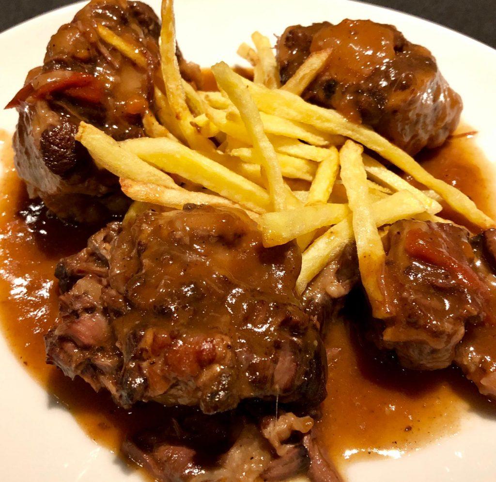 A BordaXixerellaRestaurant fem la cua de bou guisada amb patates fregides a casa. La cua de bou és una part de l'animal amb escassa part carnosa però és deliciosa per a estofats i guisats.