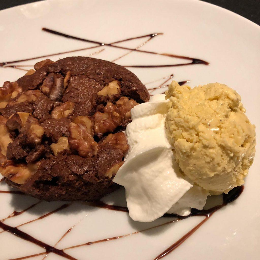 Mira quina pinta té el nostre brownie casolà. És una delícia que pots menjar-te després de les costelles de corder fetes a la brasa de llenya d'alzina. Nyam!