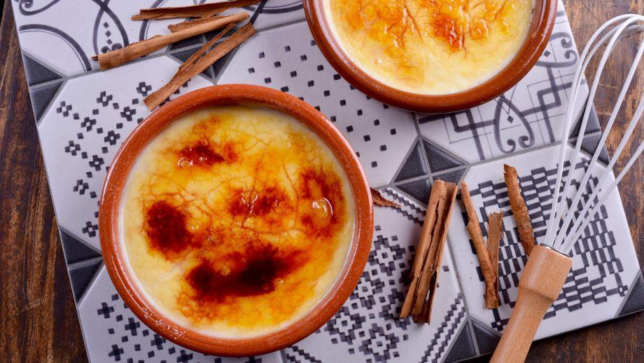 La crema catalana es un postre delicioso. Cuando podemos, nos encanta disfrutar de él y es que tiene un olor, un sabor y una textura que son difíciles de igualar, ¿verdad?
