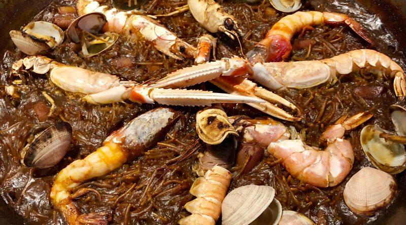 La fideuà, peculiar adaptació de la paella que substitueix l'arròs per fideus, és un plat mariner originari de les costes de la Comunitat Valenciana