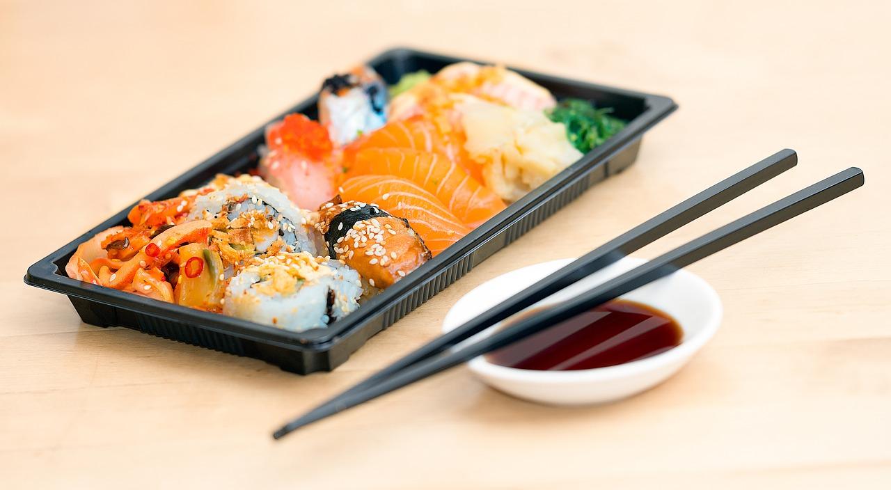 """Avui en dia, als països occidentals, menjar sushi és un hàbit estès i habitual, fet que no passava, posem per cas, fa tan sols una dècada. Aquesta menja nipona s'ha convertit en una alternativa del menjar ràpid, les pizzes o els entrepans. Ara bé, coneixem realment com s'ha de consumir el sushi? Seguim la tradició? Et servim en safata 10 regles bàsiques per saber què has de fer (i què no) a l'hora de degustar aquest aliment estrella de la gastronomia japonesa.  - Directament, amb les mans. Els japonesos aconsellen menjar-se el sushi amb les mans, fins i tot en ocasions molt formals, tot i que també es pot degustar amb bastonets de fusta, però s'ha d'evitar l'ús d'utensilis metàl·lics, ja que el metall altera el seu sabor. - La salsa de soja, amb moderació. Posa salsa de soja en una safata petita, sense passar-te, que és símbol de golafreria. Vigila que no hi hagi peces que vinguin preparades amb una altra salsa. Si és així, no cal que les mullis més, perquè segurament estaran pensades perquè te les mengis tal com te les presenten. - Alerta amb el wasabi! Malgrat que fora del Japó és habitual veure diluir wasabi en la salsa de soja, el més recomanable és no afegir-n'hi; la preparació ja conté la quantitat necessària. Si vols aconseguir un gust més fort, el millor és que el posis directament sobre la peça de sushi que et vulguis prendre. Tampoc és aconsellable menjar wasabi en gran quantitat (ni directament) perquè és molt picant i amagaria les subtileses gustatives de cada preparació.  """"Els japonesos aconsellen menjar-se el sushi amb les mans, fins i tot en ocasions molt formals""""  - El peix, damunt la salsa. I damunt la llengua. Suca lleugerament la peça de sushi en la salsa de soja, però fes-ho per la part del peix o cobertura, que no per l'arròs, perquè no se't descompongui. Aquesta mateixa part (la del peix), que és la més saborosa, és la que ha d'estar en contacte amb la llengua. - Tot de cop, però per ordre. Si pots, menja't la peça de sushi completa, d'un cop, """