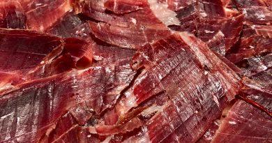 En la Borda Xixerella Restaurant Borda Típica Andorrana servimos un jamón exclusivo ibérico de Bellota 100 x 100. El jamón ibérico de Bellota es un tipo de jamón procedente del cerdo de raza ibérica, muy apreciado en la gastronomía de España y en la gastronomía de Portugal, donde se llama presunto ibérico, y a menudo considerado como artículo de alta cocina y lujo gastronómico.