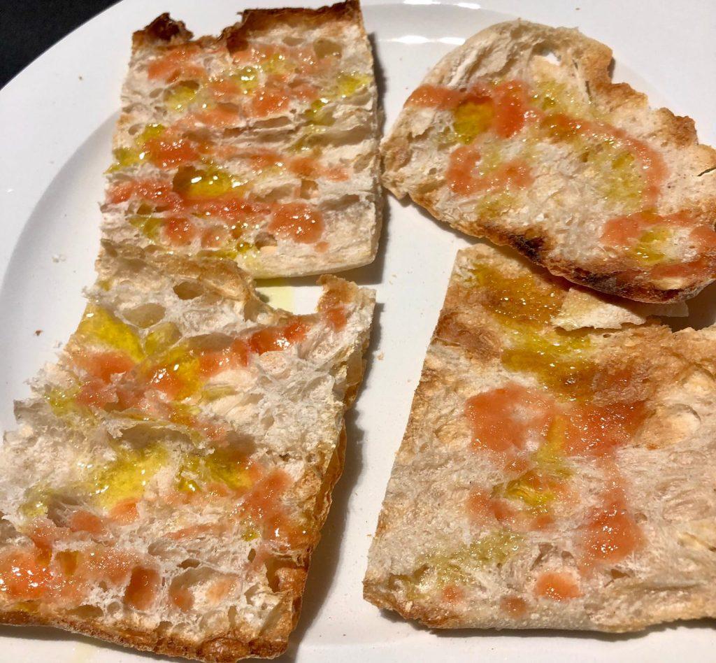 El Pan Cristal (Vidre) es un pan con una elevadísima hidratación, que se caracteriza por tener una corteza extraordinariamente fina y crujiente y una miga suave