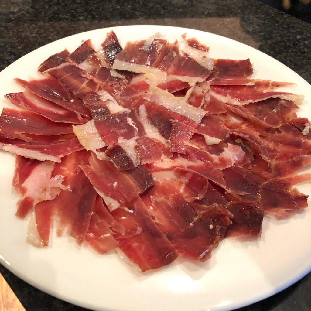 """El pernil ibèric o cuixot ibèric, també anomenat """"pata negra"""". El millor pernil ibèric és l'anomenat d'aglà 100% (Jamón de Bellota 100% ibérico)."""