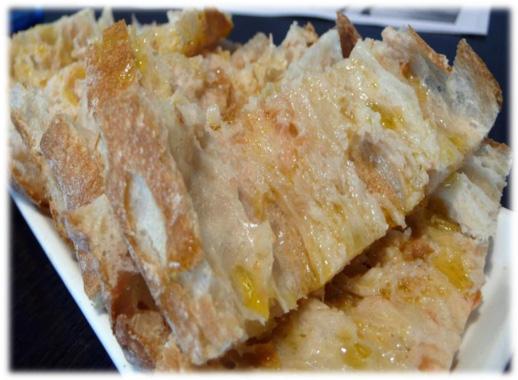 Menjar Pan Cristal o Pa de vidre a la Borda Xixerella es un pan con una elevadísima hidratación, que se caracteriza por tener una corteza extraordinariamente fina y crujiente y una miga suave