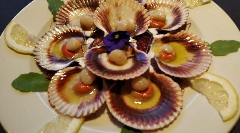 Originaria de las rías gallegas, la zamburiña es un molusco de concha ovalada y extremadamente similar a la vieira, aunque de tamaño más reducido