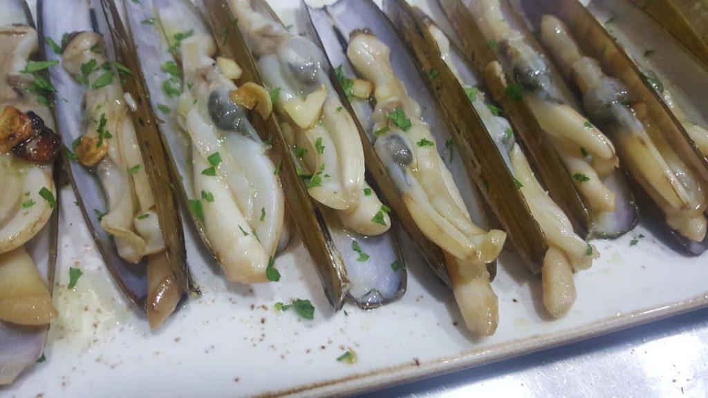 Navajas gallegas a la plancha con vinagreta de ajo y perejil