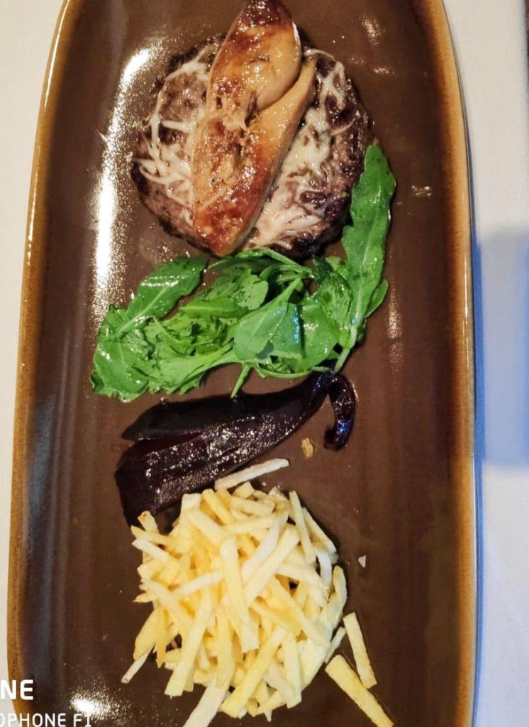 """Plats originals i exclusius que no trobaràs enlloc només a Restaurant Borda Típica Andorrana Xixerella Hamburguesa de magret d'ànec ceba caramel·litzada i """"foie gras poêlé"""