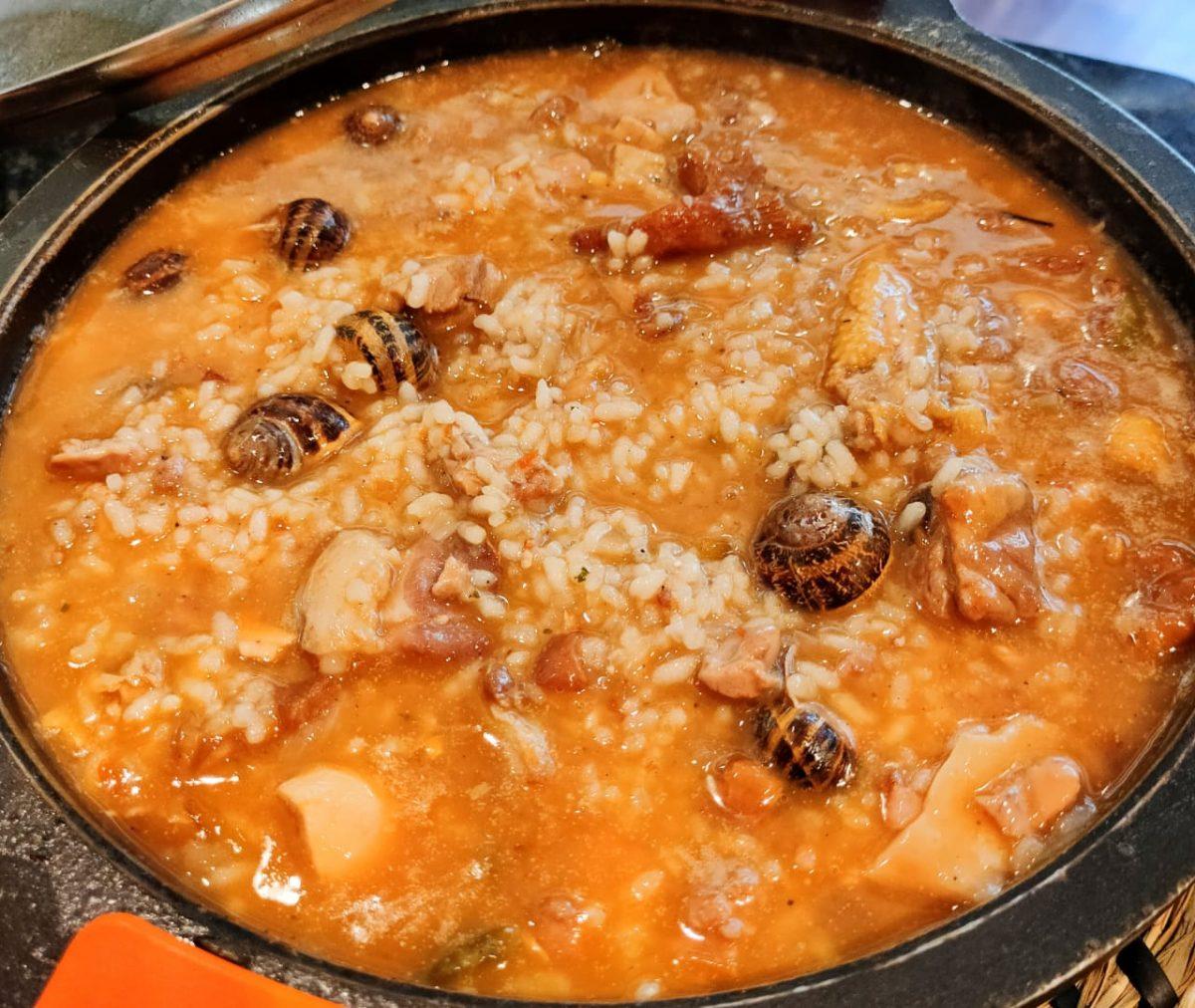 """Restaurante Borda Xixerella. Borda Rústica y típica Andorrana habilitada como restaurante y situada entre el cruce de Xixerella y el pueblo de Pal en Erts (La Massana). Cocina: La gastronomía en Borda Xixerella se basa en la cocina tradicional andorrana con productos de proximidad podemos afirmar que es cocina Andorrana de montaña pero sin renunciar a buenos platos de cocina Española y Marinera (trinxat, caracoles a la """"llauna"""", buenas carnes a la brasa fundamentalmente ternera de Andorra), y otros platos de cocina típica mediterránea (Arroces de bogavante, ensaladas de queso de cabra, cazuelas de guisados según los días, pato, y buen jamón)."""