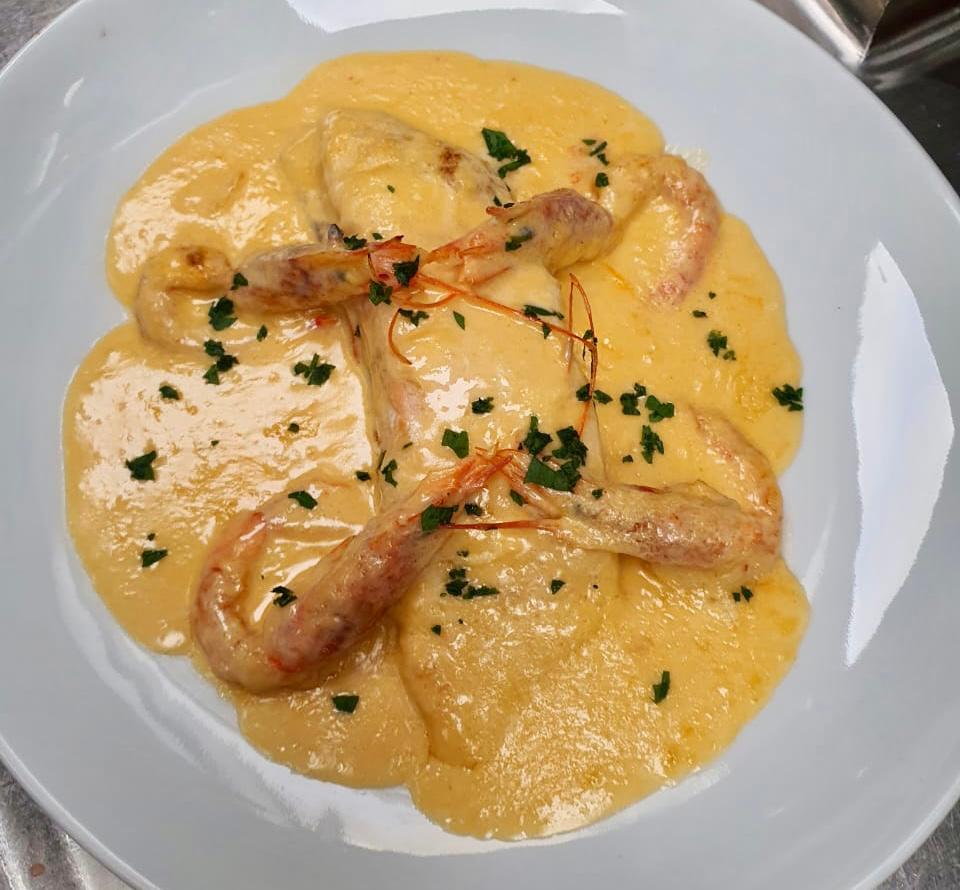 Salmón salvaje con salsa de gamba roja de Palamós. Los salmones se distribuyen en las costas del Atlántico norte. En la costa este desde el mar de Barents y el mar Blanco hasta el norte de Portugal
