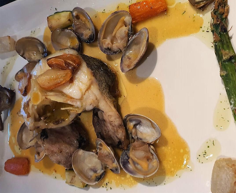 Merluza de palangre con almejas y verduras al vapor