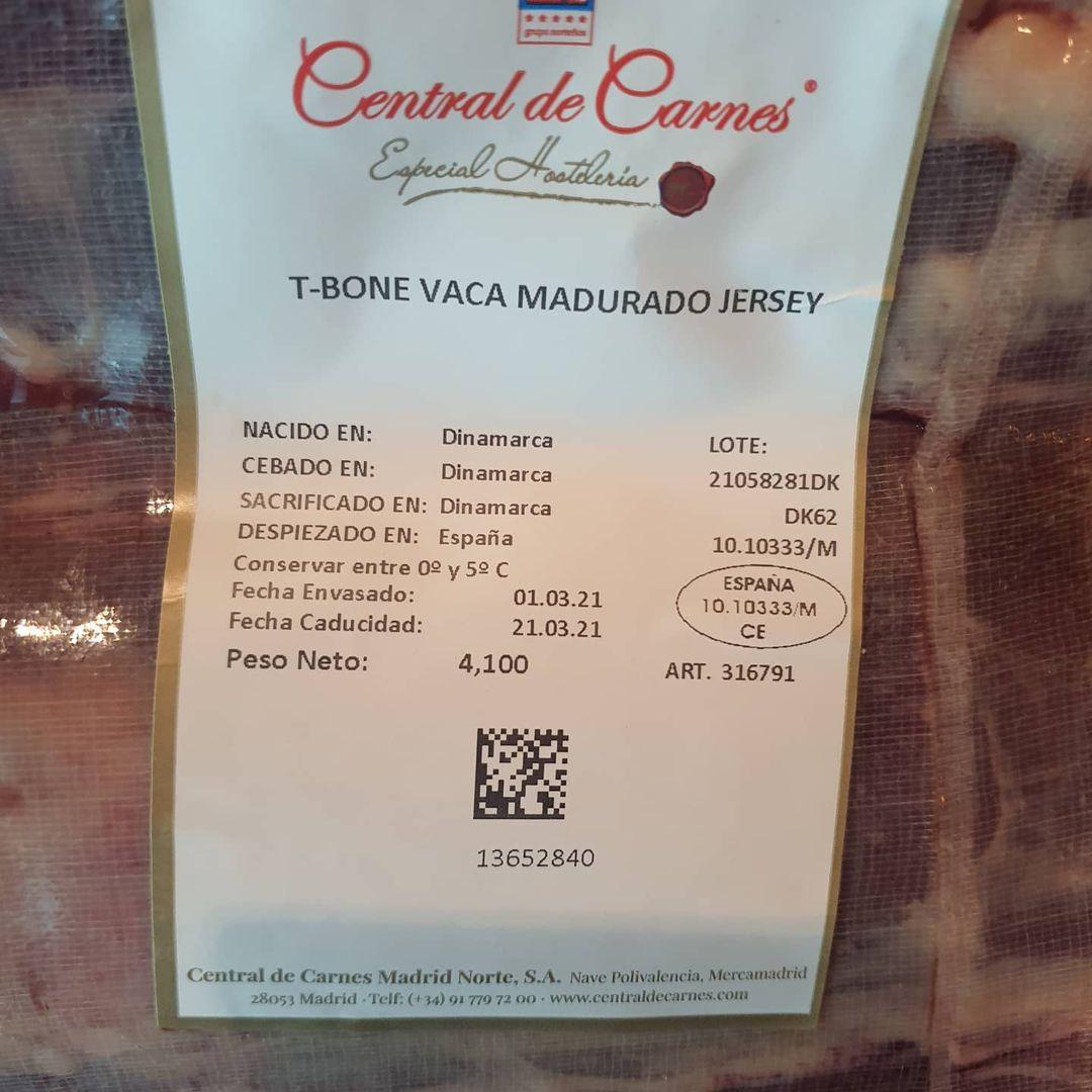 T-BONE T-bone steak de carne de vaca madurado Jersey. Corte del costillar que incluye en el trozo grande un entrecot y en lado pequeño, un suculento solomillo. Incluye hueso en forma de T, de ahí su nombre, que separa ambos cortes