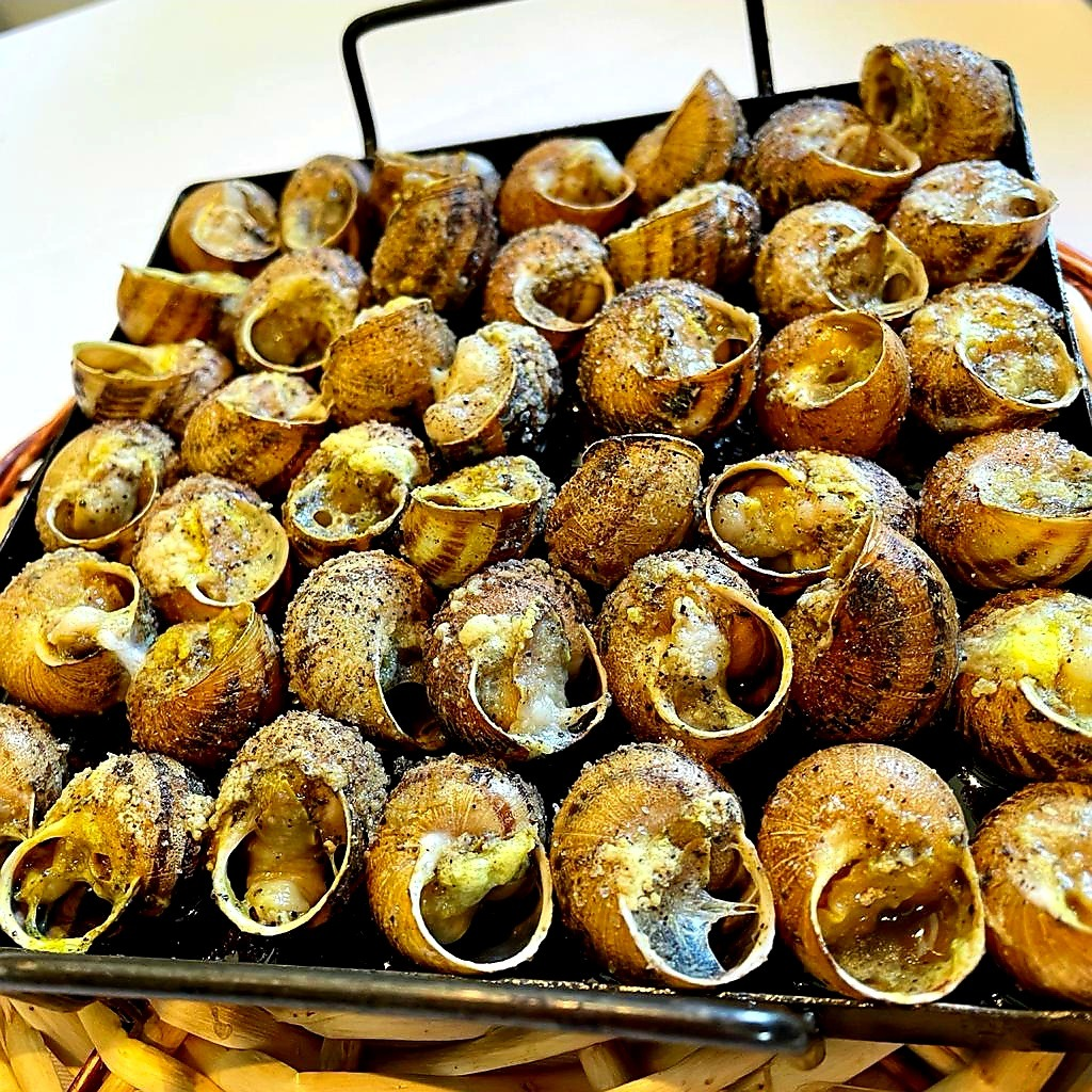 Alguns dels nostres plats, els caragols a la llauna, el bacallà fresc procedint de Portugal o el salmó salvatge tots amb les millors salses saboroses i de textura especial fetes per al nostre xef, possiblement un dels millors xefs del Principat d'Andorra.