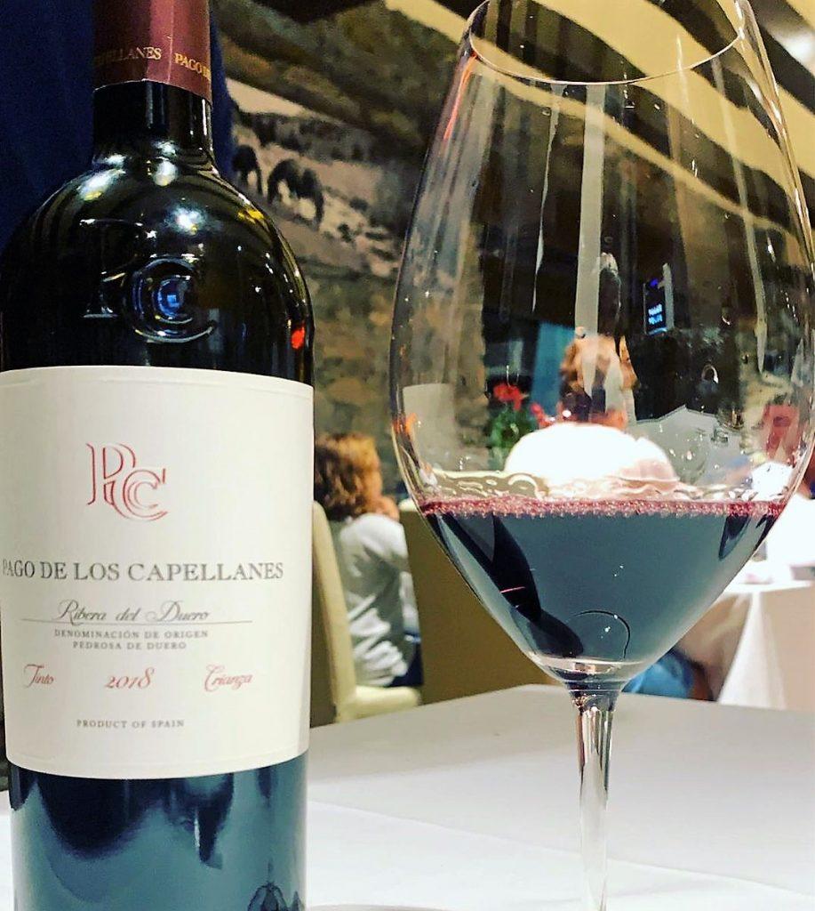 Pago de los Capellanes Crianza 2018 Ribera del Duero es un vino tinto maduro con aromas de fruta roja en compota, notas balsámicas y toques tostados